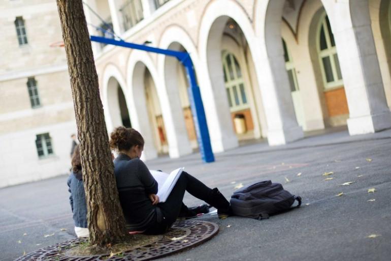 Des lycéennes en train de réviser leurs cours dans la cour de leur établissement