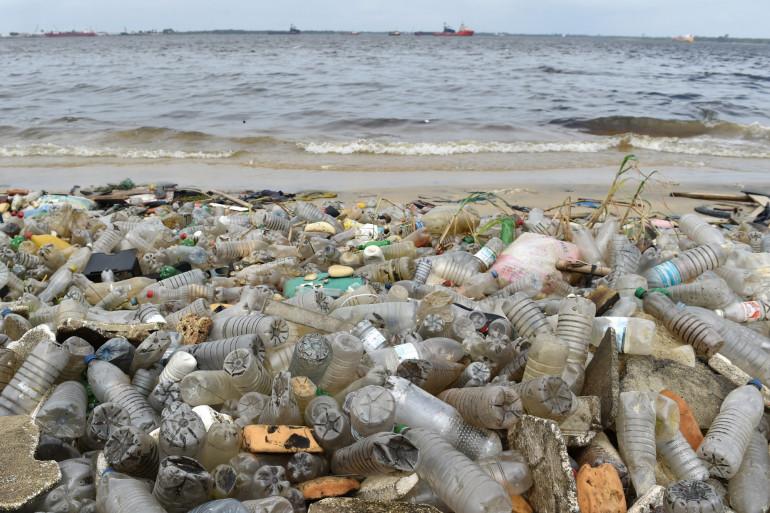 Des déchets plastique sur une plage d'Abidjan en Côte d'Ivoire