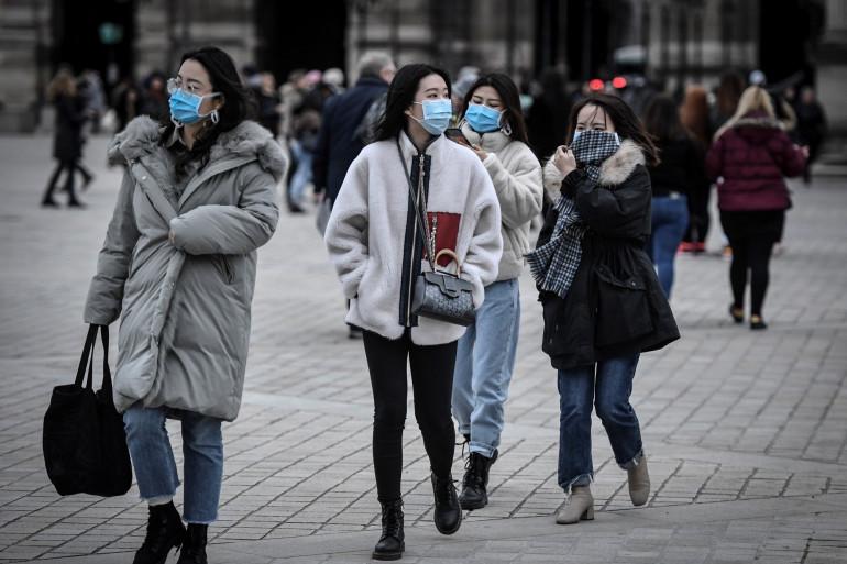 Des touristes portant des masques à Paris le 28 février 2020