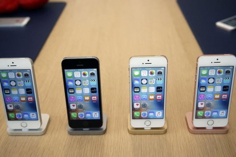 Des iPhone dans un Apple Store.