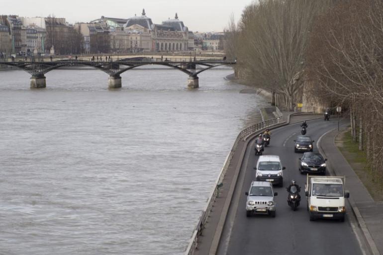 Des voitures sur les voies sur berge à Paris