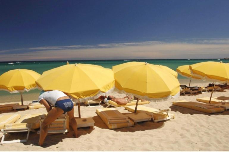 Des parasols sur une plage (illustration)