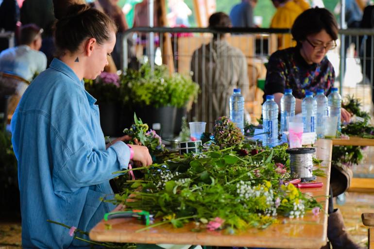 Des couronnes de fleurs en préparation pour ajouter un brin de nature dans les cheveux des festivaliers de We Love Green