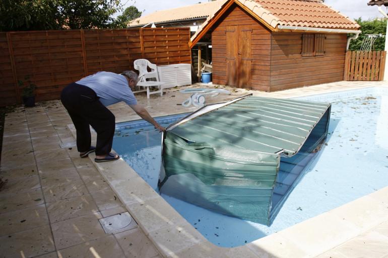 Un abri de jardin et une piscine (illustration)