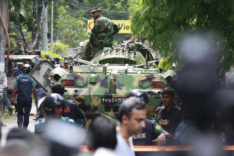 Des militaires près du restaurant de Dacca où une prise d'otages, revendiquée par Daesh, a eu lieu le 2 juillet.