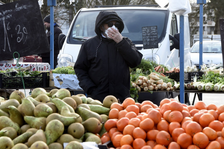 Un homme portant un masque à cause du coronavirus.