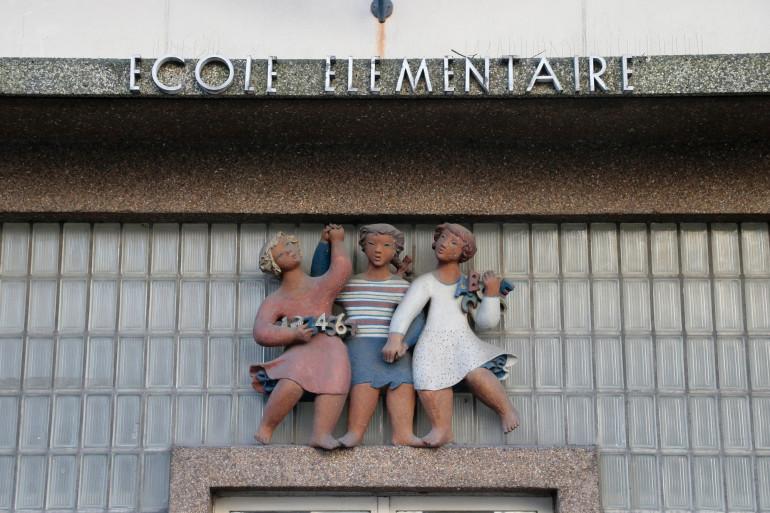 L'entrée d'une école élémentaire à Paris (illustration)