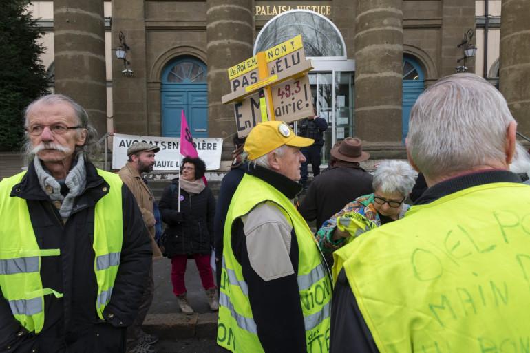 """Des """"gilets jaunes"""" se sont réunis devant le palais de justice du Puy-en-Velay, ce lundi 9 mars"""