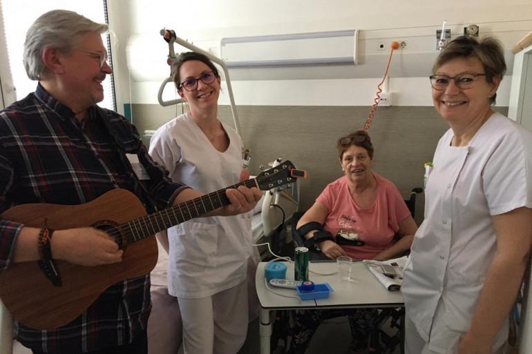 Musicothérapie active et enjouée pour Monique, victime d'un AVC il y a une vingtaine de jours.