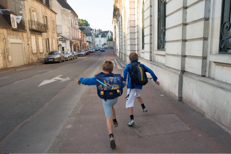 Deux écoliers à Gien dans le Loiret. (illustration)