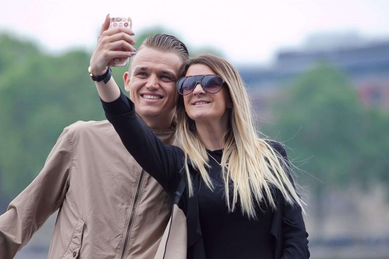 Des touristes prennent un selfie
