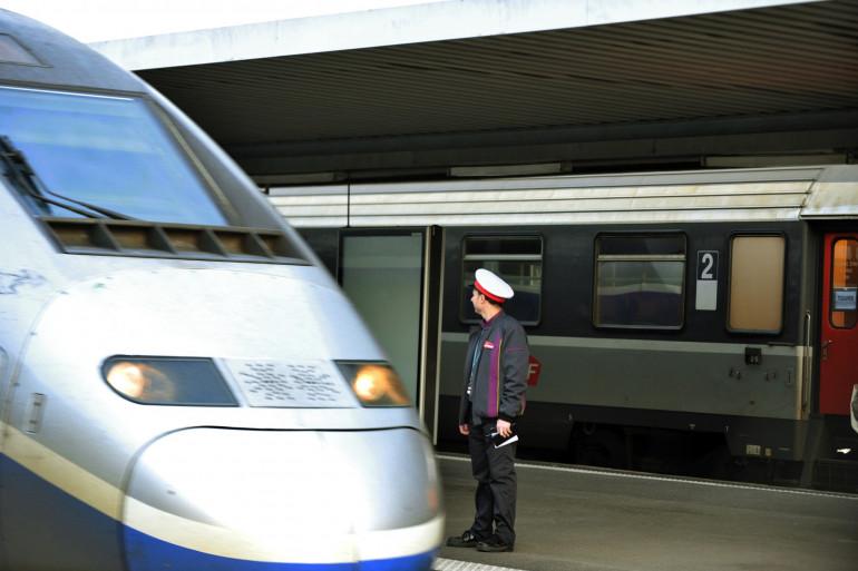 Un agent de la SNCF préparant le départ d'un train (Illustration).