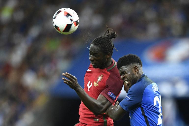 Samuel Umtiti à la lutte avec Eder, lors de la finale de l'Euro Portugal - France, dimanche 10 juillet