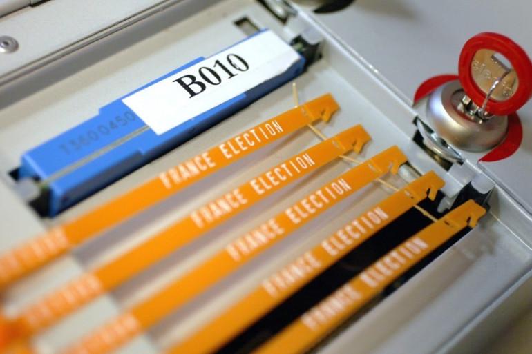 Une machine à voter électronique à Brest, le 6 mars 2008