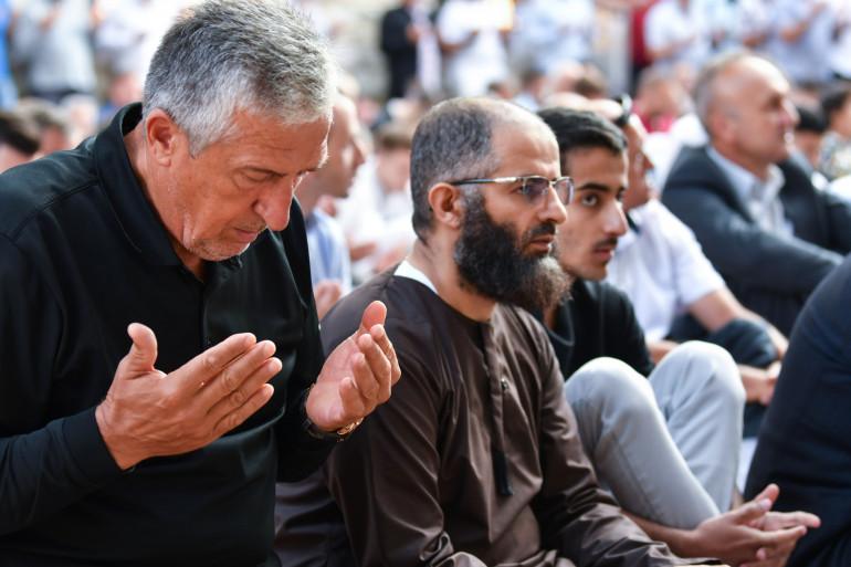 Des musulmans faisant une prière devant une mosquée (illustration)