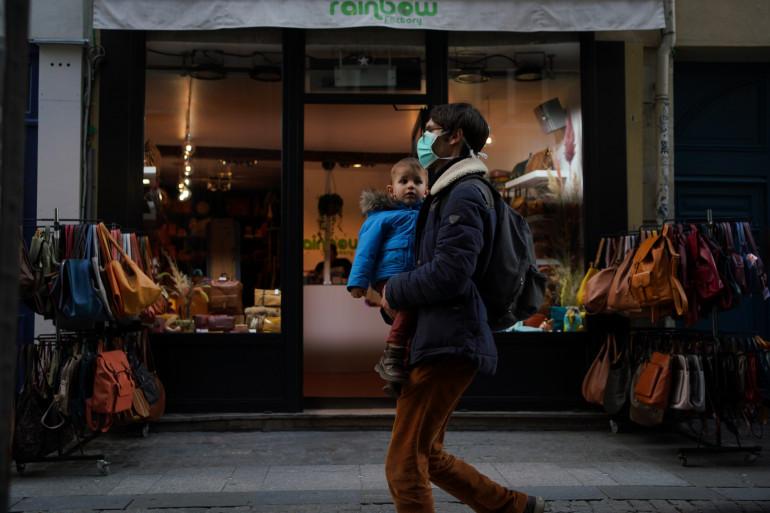 Un homme portant un masque à Paris, pour se protéger de l'épidémie de coronavirus, le 13 mars 2020