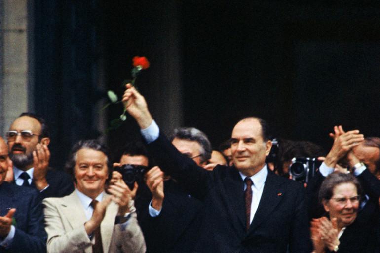 François Mitterrand avec une rose au Panthéon, le 21 mai 1981