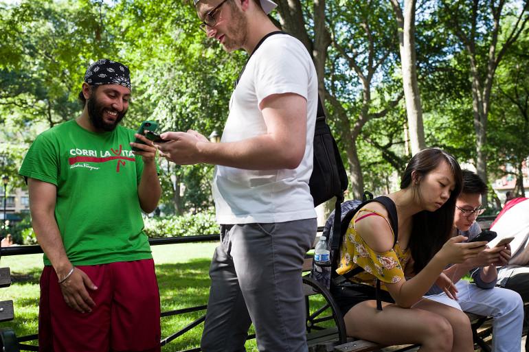 Des Américains jouent à Pokémon Go dans un parc à Washington