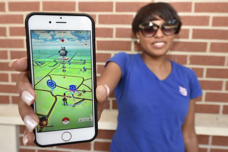 """Une joueuse de """"Pokémon Go"""", l'application de réalité virtuelle qui fait un tabac"""