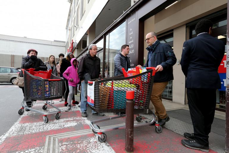 En plein confinement, les clients font la queue avant de pouvoir faire leurs courses.