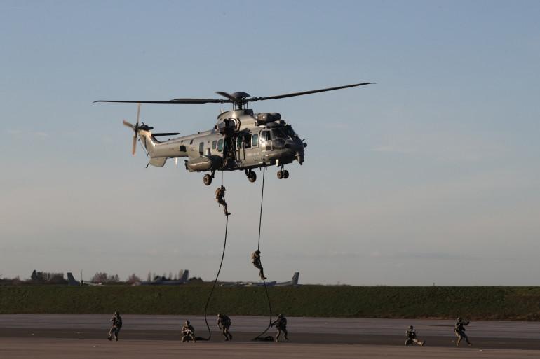 Un hélicoptère et des soldats de l'armée de l'air française.