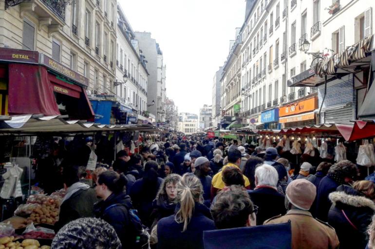 Le marché d'Aligre dans le XIIe arrondissement de Paris noir de monde le dimanche 15 mars 2020.