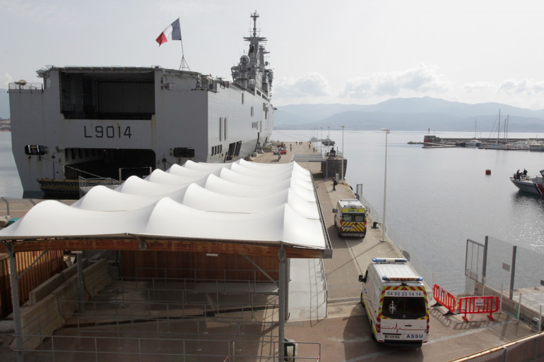 Le navire militaire Tonnerre, transférant 12 patients atteints du coronavirus, le 22 mars 2020.
