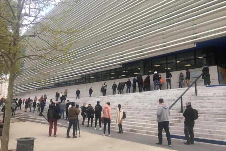 Des Marseillais devant l'hôpital de La Timone le 23 mars 2020