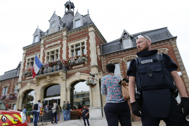 Un policier surveille l'hôtel de ville de Saint-Étienne-du-Rouvrau
