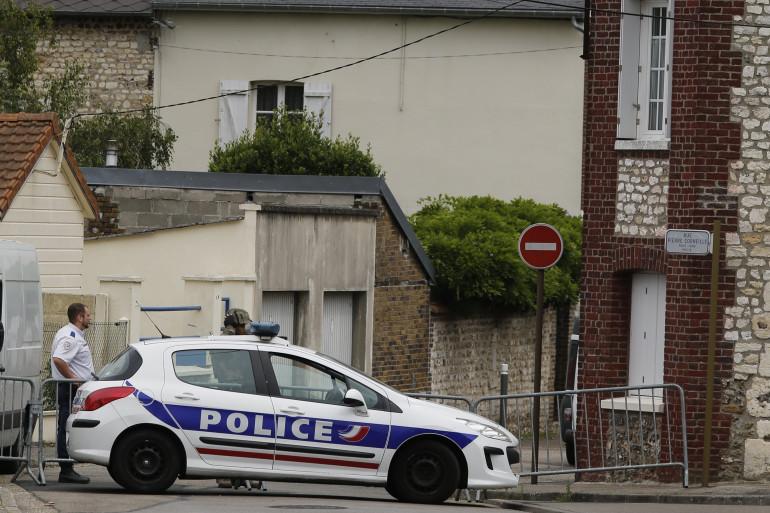 Un agent de police devant l'église de Saint-Étienne-du-Rouvray