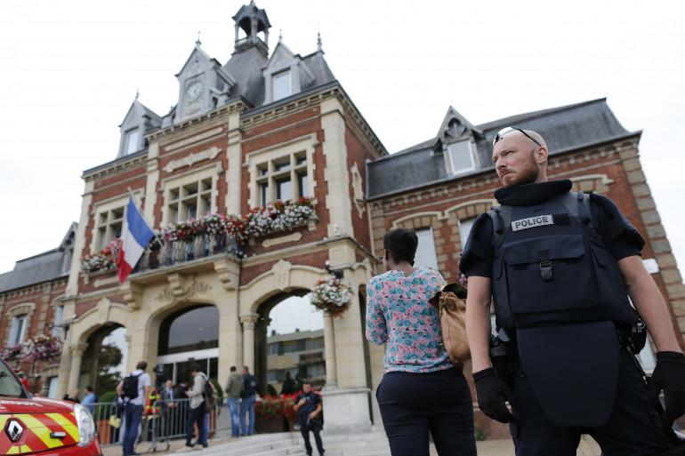 Un policier devant la mairie de Saint-Étienne-du-Rouvray, le 26 juillet.