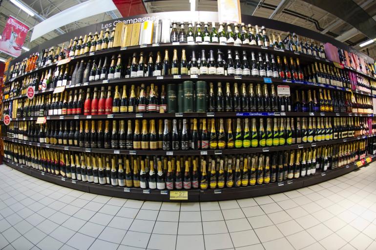 Un rayon d'alcools dans un supermarché (illustration)