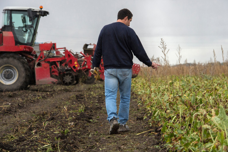 Un agriculteur dans son champs (illustration)