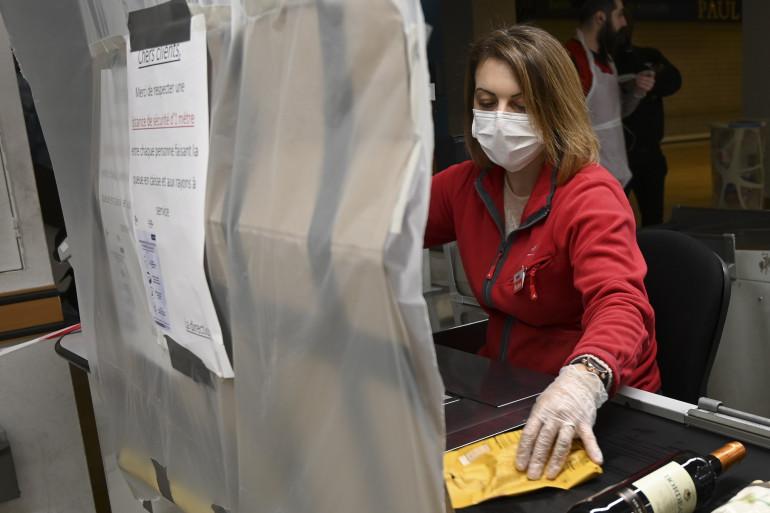 Une hôtesse de caisse protéger contre le coronavirus