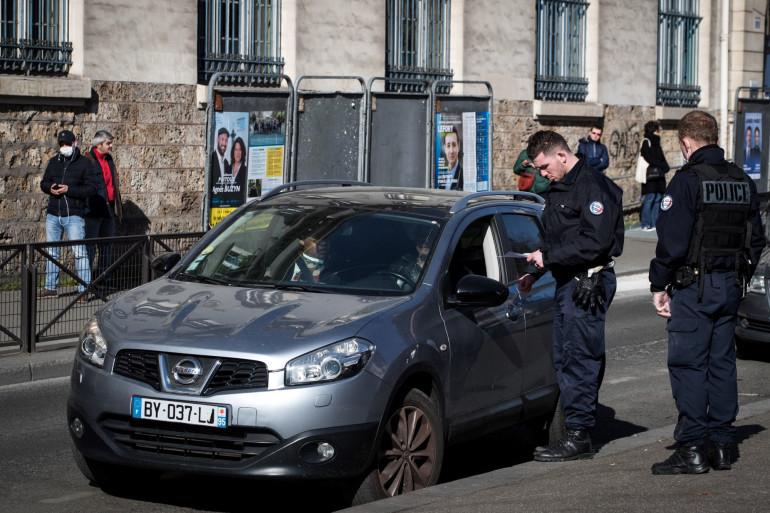 Un contrôle de l'attestation de déplacement dérogatoire dans le cadre du confinement en France le 24 mars à Paris