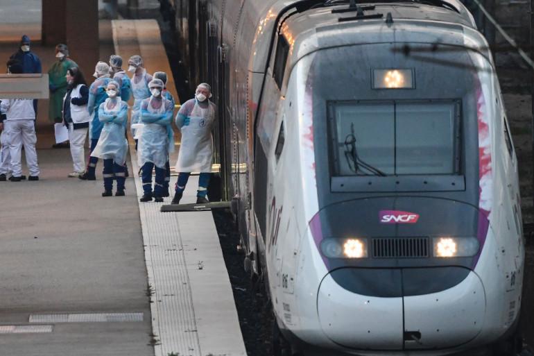 Une équipe de soignants qui évacue des patients infectés par le coronavirus depuis la gare de Mulhouse, le 29 mars 2020