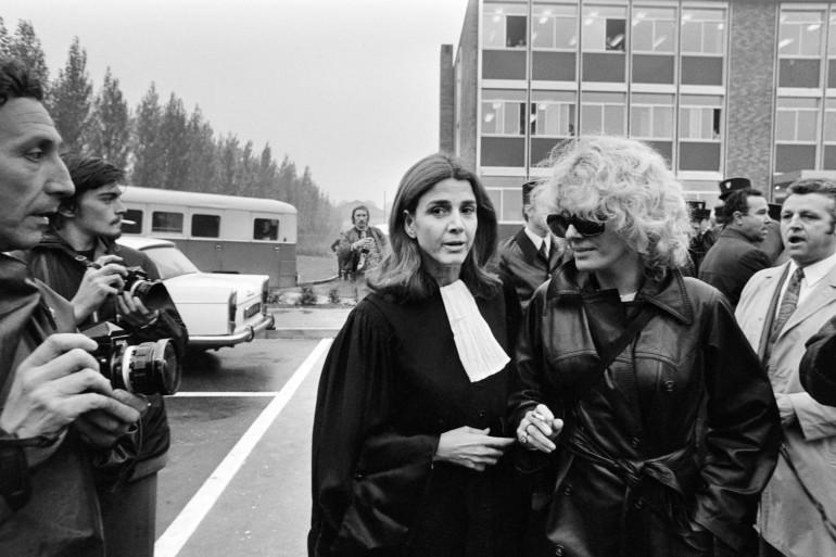 L'avocate Gisèle Halimi, en compagnie de l'actrice Delphine Seyrig, le 11 octobre 1972, lors du procès de Marie-Claire Chevalier, poursuivie pour avoir avorté