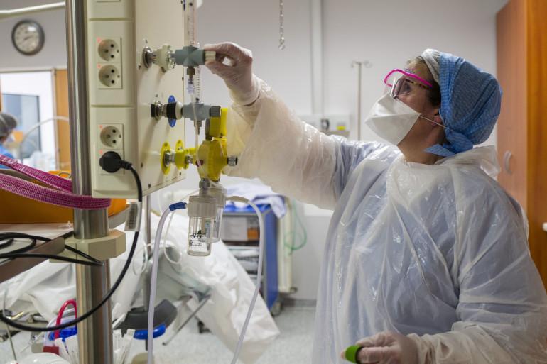 Une infirmière régule l'oxygène d'un patient atteint du Covid-19 à Colmar, le 26 mars 2020