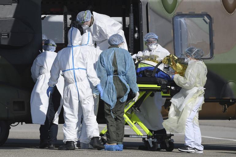 Une équipe soignante évacue une victime du coronavirus vers l'Allemagne, à Strasbourg, le 30 mars 2020
