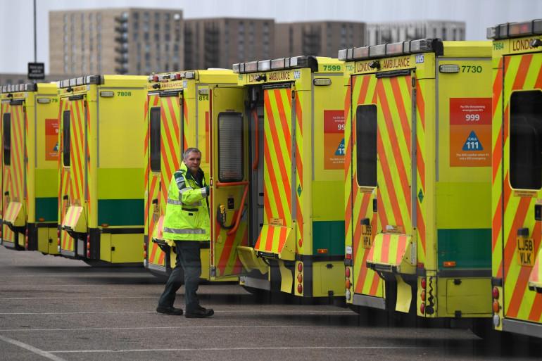 Des ambulances stationnent à Londres, le 29 mars 2020