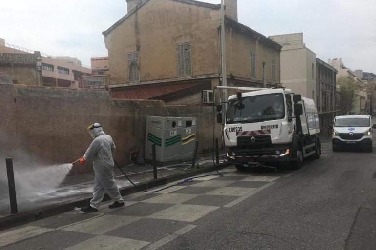 Un agent désinfecte une rue de Marseille