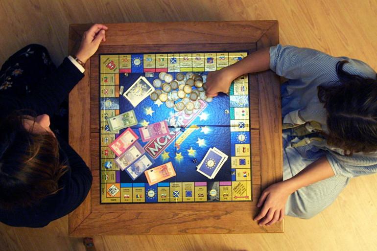 Deux enfants jouant au Monopoly (illustration)