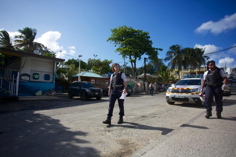 Des policiers patrouillent afin de faire respecter le confinement en Guadeloupe, le 20 mars 2020