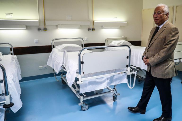 Le Premier ministre portugais Antonio Costa dans un centre militaire d'accueil des malades du Covid-19, le 30 mars 2020