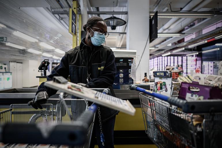Une employée de l'entreprise METRO à Nanterre pendant la crise du coronavirus