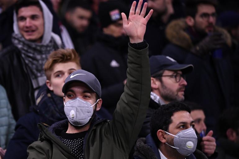 Des supporters avec un masque lors du match OL-Juventus, le 26 février 2020.