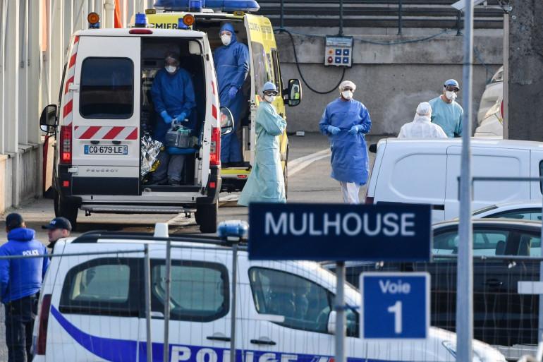 Des policiers et des personnels soignants à la garde de Mulhouse le 29 mars 2020