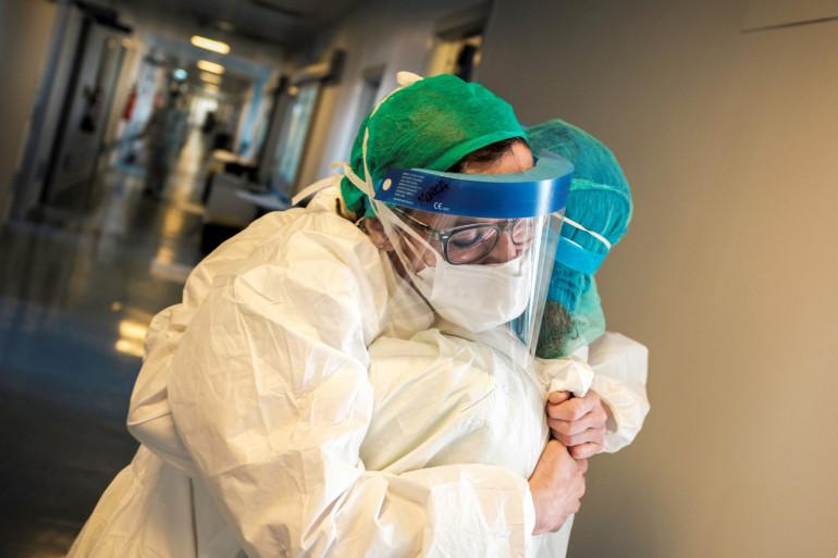 Deux infirmières dans un hôpital du sud de Milan en Italie