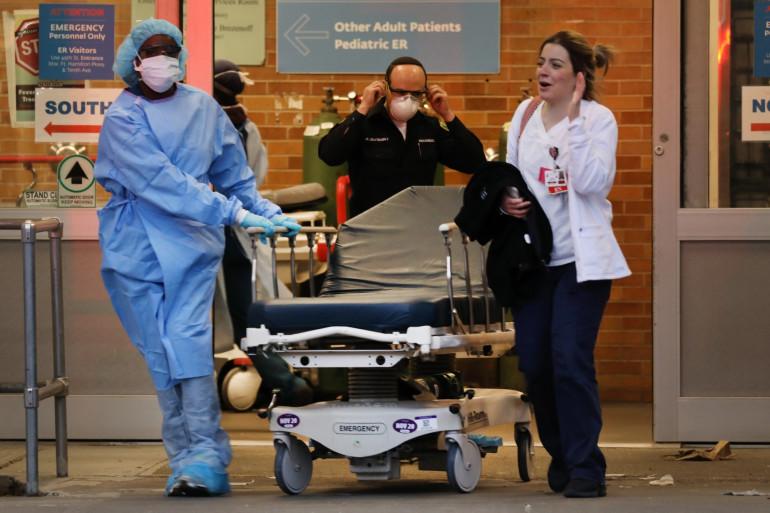Des soignants font face à la pandémie de Covid-19 dans un hôpital de New York, le 2 avril 2020