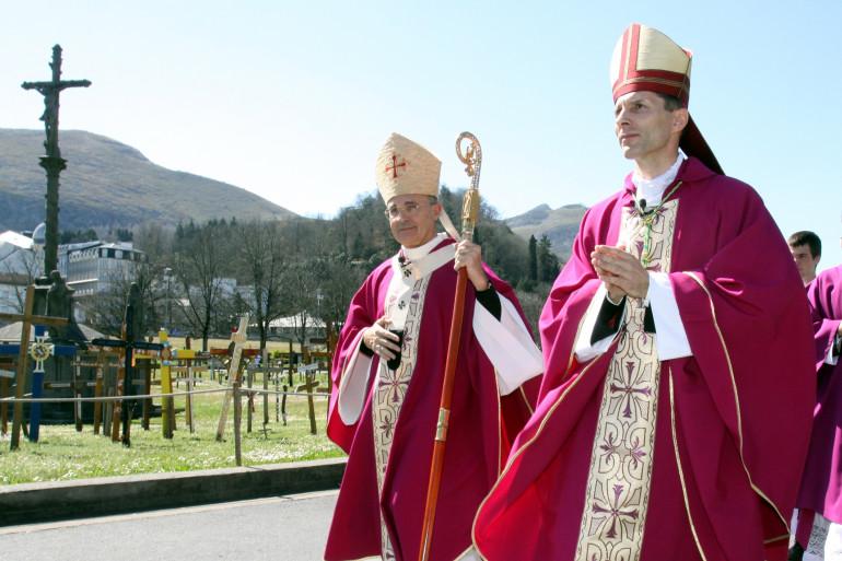 Nicolas Brouwet (droite), évêque de Tarbes et de Lourdes, marchant sur une route près du sanctuaire de Lourdes